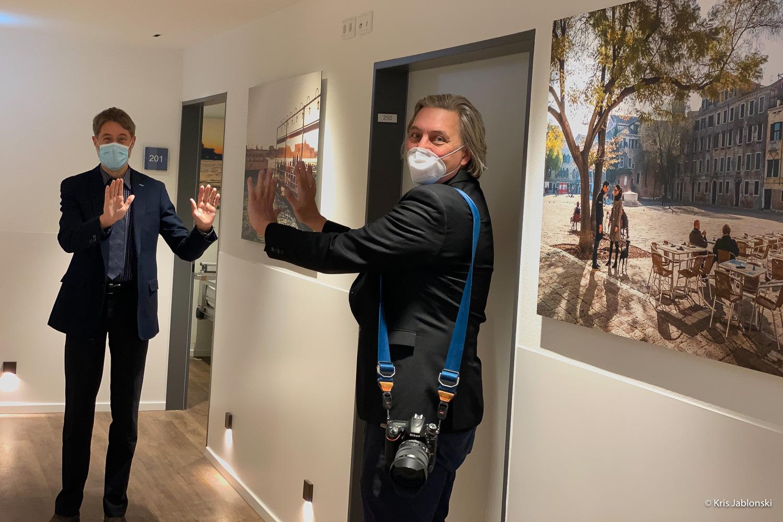 Geschäftsführer Hans-Martin Kuhlmann mit Fotograf Martin Zitzlaff auf Station 2 im Haus Moorkamp © Kris Jablonbski