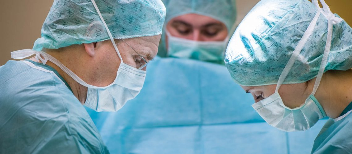 OP Team unter der Leitung von Dr. med. Olaf Katzler (li) und Assistenzärztin während einer Brustkrebs-Operation einer Patientin des Mammazentrums Hamburg im Krankenhaus Jerusalem | | [© (c) Martin Zitzlaff, www.zitzlaff.com, info@zitzlaff.com, MwSt. 7%, Veroeffentlichung nur gegen Honorar (MFM) und Belegexemplar, mit Namensnennung] [#0,26,121#]